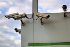 Säkerhetskameror på väggen arkivbilder
