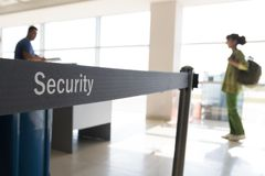 Säkerhetskontroll av bagage och passagerare i flygplats royaltyfria foton