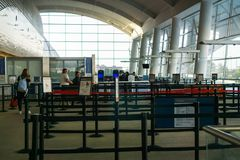 Säkerhetskontrollområde på San Jose International Airport royaltyfri foto