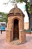 Säkerhetskontrollpunkt på ingången till den koloniala staden Arkivbilder