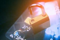 Säkerhetslås på kreditkortar med datortangentbordet Royaltyfria Bilder