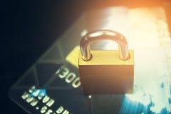 Säkerhetslås på kreditkortar med datortangentbordet Arkivfoton