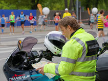 Säkerhetsman på motorisk cirkulering som studerar översikten royaltyfri bild