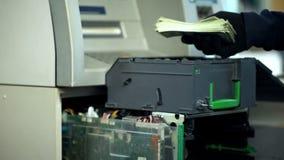 Säkerhetsman som öppnar ATM-kassaskåpet som ut tar packen av dollar, kassa-i-transport royaltyfria foton