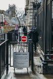 Säkerhetsmeddelande och poliser utvändiga 10 besegra Sreet, London, England, UK Denna är den officiella uppehållet av den främsta Royaltyfri Bild