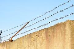 Säkerhetsstaket av försett med en hulling - tråd Fotografering för Bildbyråer