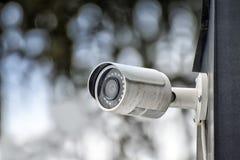 Säkerhetssystem av utomhus- video bevakning, CCTV-säkerhetskamera arkivfoton