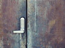Säkerhetssystemkod som låser och som låser järndörren upp royaltyfri bild