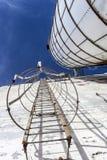 Säkerhetstrappa på en gammal silo Arkivbild