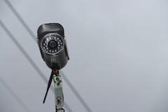 Säkerhetsvideokamera i himlen royaltyfri bild