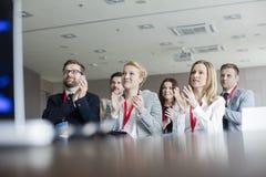 Säkert affärsfolk som applåderar under seminarium Royaltyfria Foton
