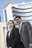 Säkert affärsfolk som står i Front Of Building arkivfoto