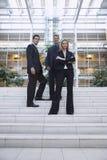 Säkert affärsfolk som står utanför kontor arkivfoto