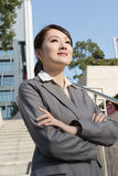 Säkert asiatiskt anseende för affärskvinna i förutom kontor in royaltyfria bilder
