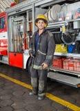 Säkert brandmananseende med lastbilen på brand Royaltyfri Bild