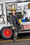 Säkert brandmananseende med lastbilen på stationen Fotografering för Bildbyråer