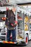 Säkert brandmananseende på lastbilen på brand Royaltyfri Foto