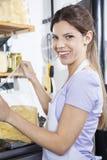 Säkert försäljarePacking Cheese At lager Royaltyfri Foto
