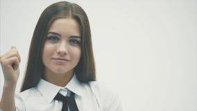 Säkert i en ung affärskvinna Att bära en vit skjorta ser försiktigt in i kameran kvast isolerad white stock video