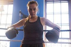 Säkert kvinnaanseende i boxningsring Arkivfoto