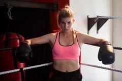 Säkert kvinnasammanträde i boxningsring Royaltyfria Foton