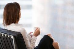 Säkert kvinnligt tyckande om kaffe som tänker om framgång arkivfoton
