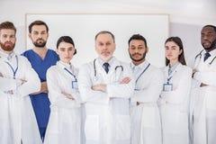 Säkert lag av läkare som står på konferensen royaltyfria bilder