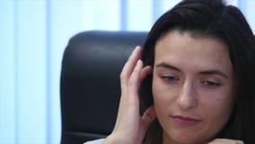 Säkert moget affärskvinnasammanträde i en fåtölj i regeringsställning Kvinnlig chef i regeringsställning som ser kameran långsamt lager videofilmer