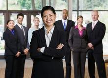 säkert posera för asiatisk affärskvinna Arkivbild