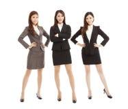 Säkert ungt anseende för affärskvinnalag som isoleras på vit Arkivfoto
