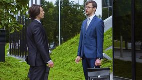 Säkra affärsmän framme av kontorsbyggnad Affärsman och hans kollega Packa ihop och finansmarknadbegrepp arkivfilmer
