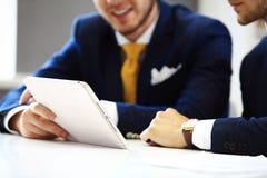 Säkra affärsmän som i regeringsställning knyter kontakt Arkivfoton