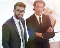 Säkra affärsmän som tillsammans i regeringsställning står arkivbild