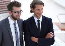 Säkra affärsmän som tillsammans i regeringsställning står arkivfoton