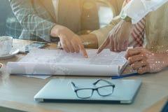 Säkra affärspartners som i regeringsställning går ner byggande och Arkivbilder