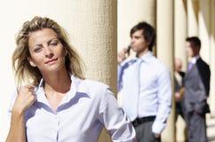 säkra attraktiva businesspeople royaltyfria foton