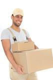 Säkra bärande kartonger för ung man arkivfoto