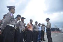 Säkra den gemensamma ankomsten för den personalGafatar medlemmen på porten av Tanjung Emas Semarang Arkivbild