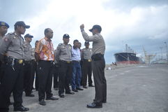 Säkra den gemensamma ankomsten för den personalGafatar medlemmen på porten av Tanjung Emas Semarang Royaltyfri Foto