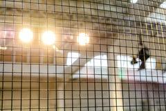 Säkra det gamla industriella trådstaketet Metalliskt staket med många som är stora Fotografering för Bildbyråer