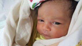 Säkra fridsamt sova som är nyfött, behandla som ett barn fotografering för bildbyråer