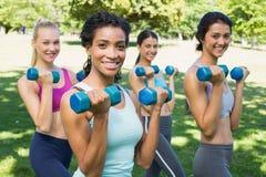 Säkra sportiga kvinnor som lyfter handvikter Royaltyfri Fotografi