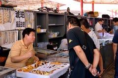 Sälj bärnstensfärgade män för att förklara gåtan av bärnsten Arkivfoton