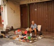 Sälja antikviteten på gatamarknaden i kineskvarter arkivbild