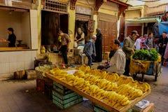 Sälja bananer i Fez medina arkivbild