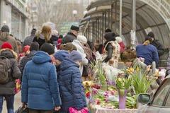 Sälja blommor på en tillfällig blomma marknadsför på helgdagsaftonen av internationella kvinnors dag Royaltyfri Foto