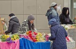 Sälja blommor på en tillfällig blomma marknadsför på helgdagsaftonen av internationella kvinnors dag Royaltyfri Fotografi