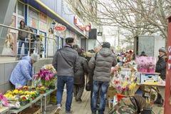 Sälja blommor på en tillfällig blomma marknadsför på helgdagsaftonen av internationella kvinnors dag Arkivfoton