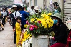 Sälja blommor på mån- ny ferie för år-Tet Arkivfoton