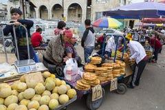 Sälja bröd och melon Arkivbild